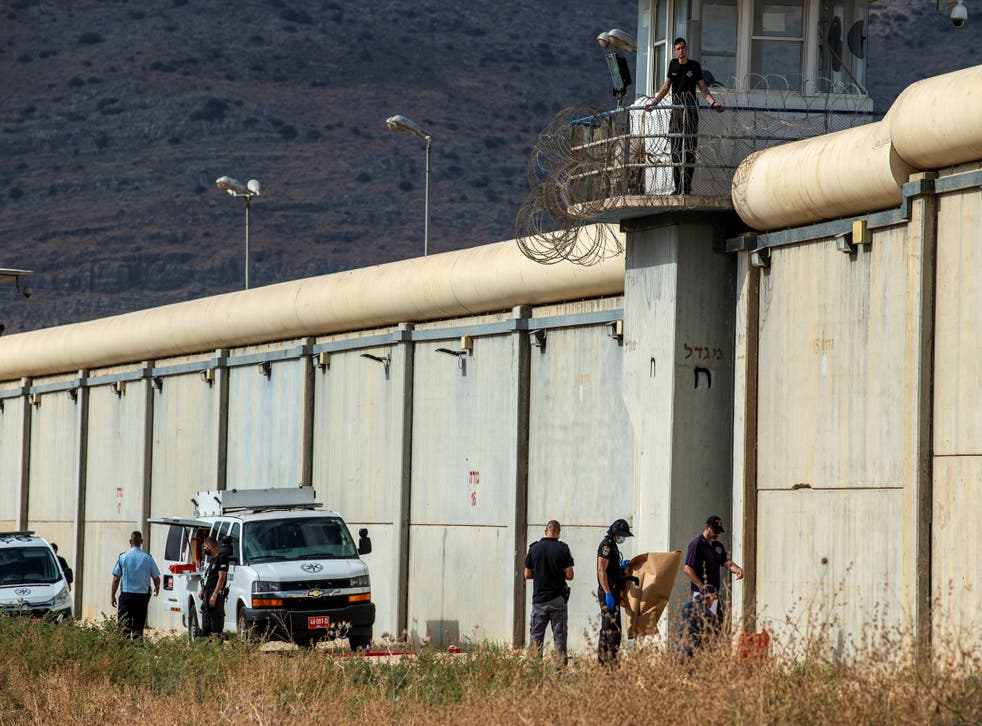 <p>Israeli security personnel stand together outside the walls of Gilboa prison after six Palestinian militants broke out of it in north Israel</p>