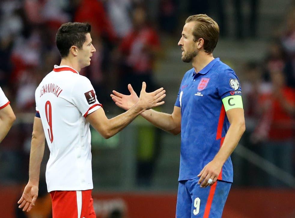<p>Captains Robert Lewandowski and Harry Kane shake hands</p>