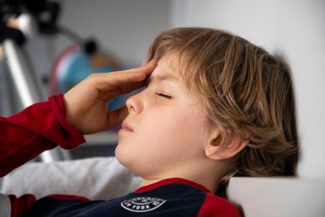 Niño con dolor de cabeza (Alamy / PA)