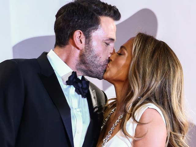 Jennifer Lopez y Ben Affleck se besan al llegar al estreno de 'El último duelo' en el Festival de Cine de Venecia el 10 de septiembre de 2021