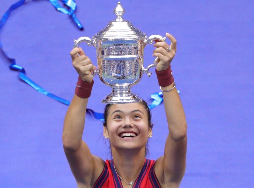 <p>Emma Raducanu lifts the US Open trophy on Saturday </p>