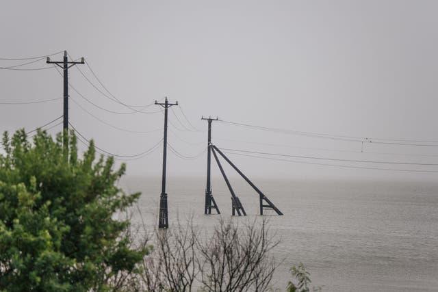 Las torres de transmisión se muestran antes de la tormenta tropical Nicholas el 13 de septiembre de 2021 en Galveston, Texas.
