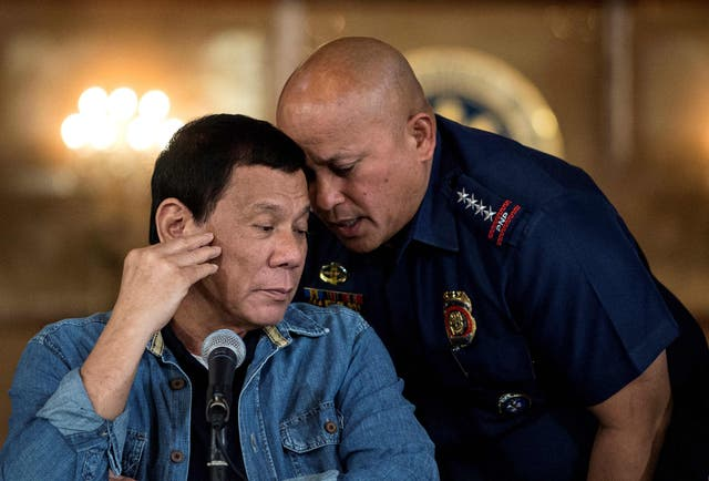 <p>File Rodrigo Duterte (L) talking to then Philippine National Police (PNP) director general Ronald Dela Rosa (R) during a press conference at the Malacanang palace in Manila.</p>