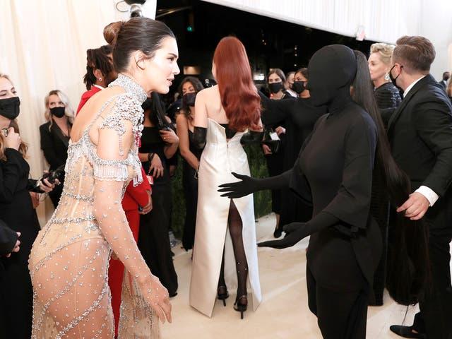 <p>Kendall Jenner (L) and Kim Kardashian at 2021 Met Gala </p>
