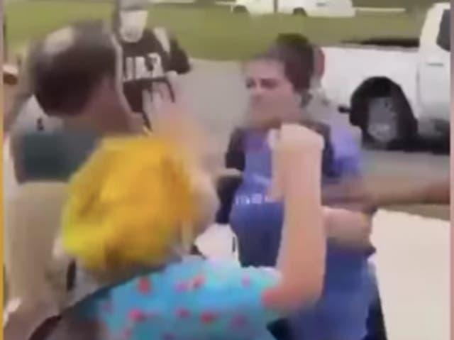 Se desata una pelea en el campus por señales sexistas