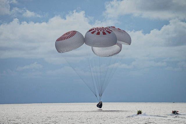 El cuarteto de ciudadanos astronautas recién acuñados que comprende la misión SpaceX Inspiration4 salpica de manera segura en la cápsula Crew Dragon de SpaceX frente a la costa del Centro Espacial Kennedy, Florida.