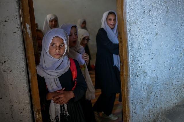 Colegialas se reúnen en su clase después de llegar a una escuela segregada por género en Kabul el 15 de septiembre de 2021
