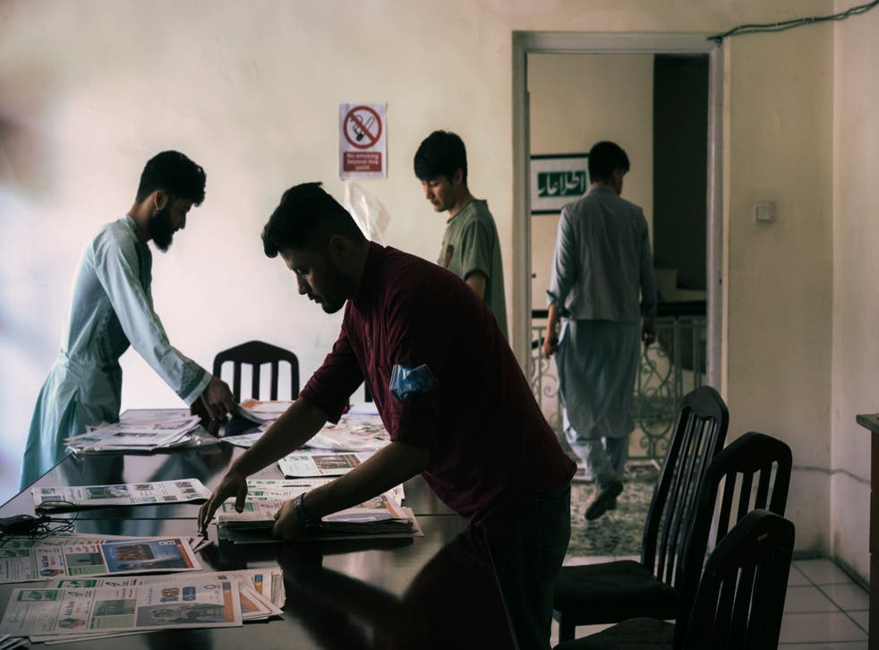 <p>Etilaatroz staffers preparing to move the newsroom to a new building in Kabul</p>