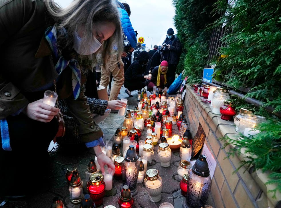 <p>Warsaw residents place candles before the national Border Guards Headquarters in a sign of mourning for four migrants found dead over the weekend</p>