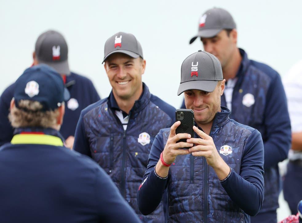 Jordan Spieth del equipo de Estados Unidos (L) y Justin Thomas del equipo de Estados Unidos toman fotos en el tercer green