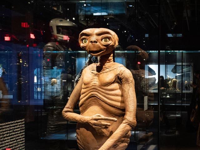 Los artefactos del cine, de películas como 'ET' y 'Star Wars' se exhiben dentro del Museo de la Academia de Imágenes en Movimiento.