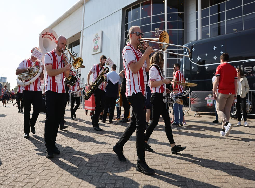 pSouthampton fans make a noise before kick-off/p