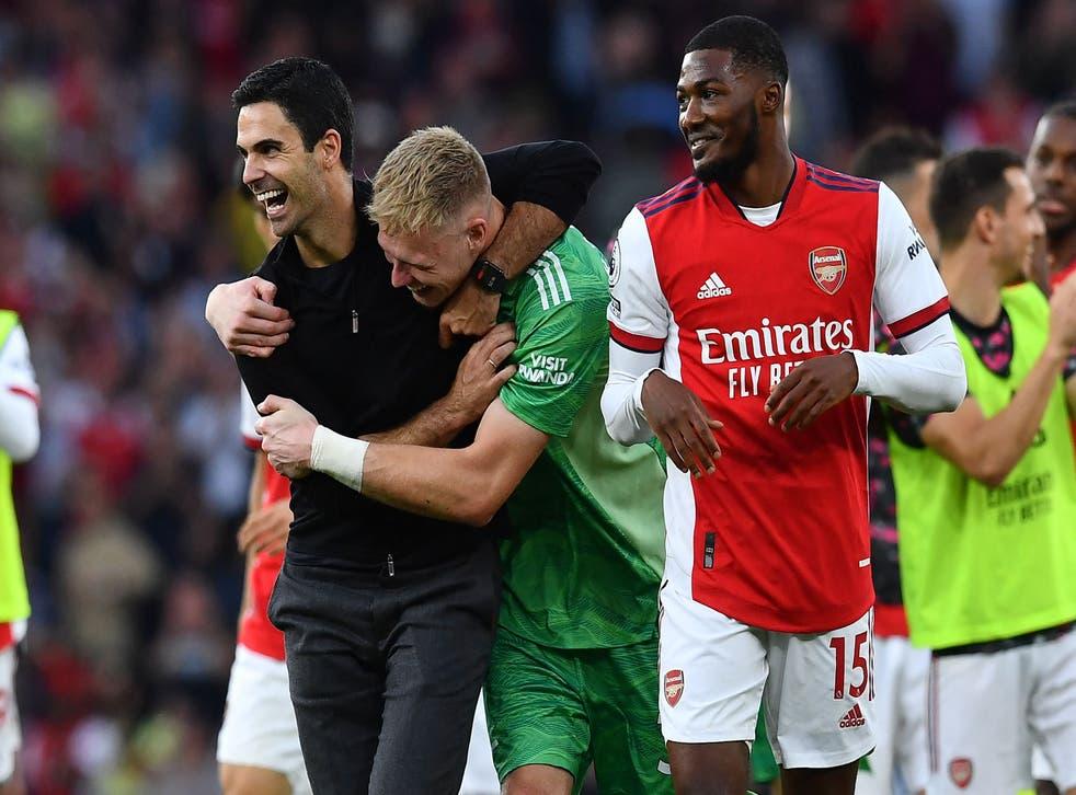 <p>Mikel Arteta celebrates with goalkeeper Aaron Ramsdale</p>