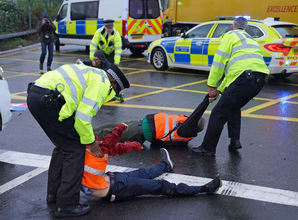 <p>Police detain Insulate Britain protesters on 27 September, 2021. </p>