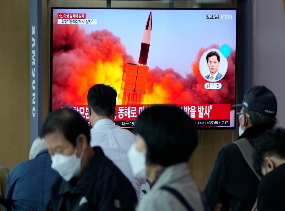 <p>South Koreans watch a news program showing a file image of the North's missile launch </p>