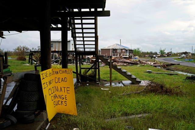 <p>Cientos de residentes todavía viven en tiendas de campaña, remolques y caravanas, o en sus autos o casas dañadas por la tormenta</p>