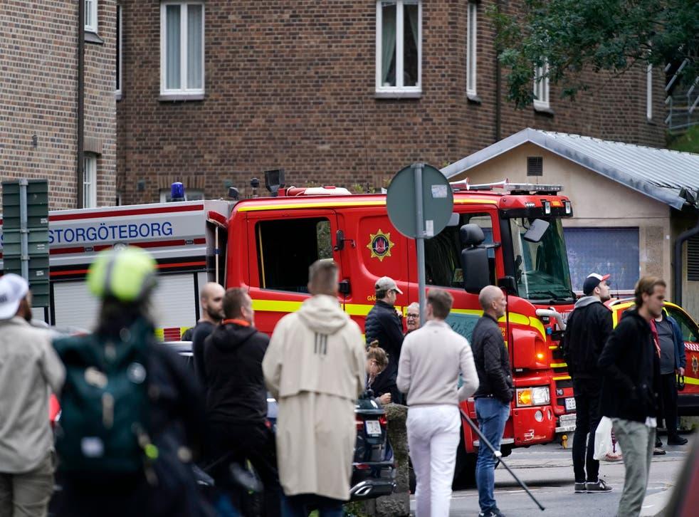 Se ve un camión de bomberos en el área alrededor de un centro de salud que fue acordonado por la policía en Gotemburgo el jueves.