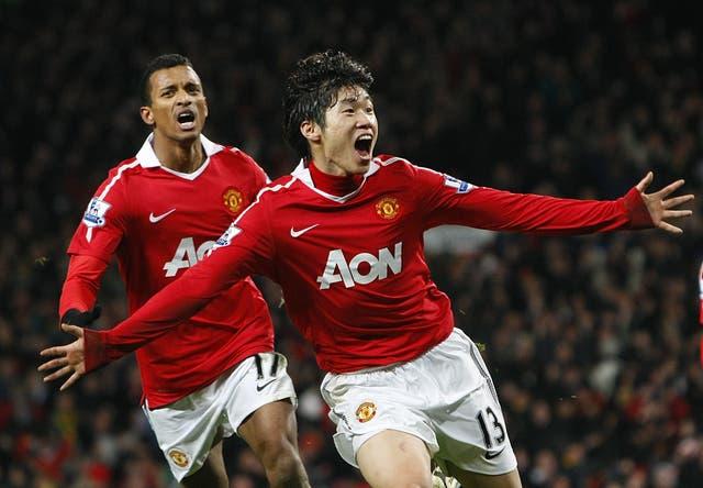 Ji-Sung Park (derecha) ha pedido a los fanáticos del Manchester United que detengan una canción que contiene un estereotipo racial sobre su Corea del Sur natal (Dave Thompson / PA)
