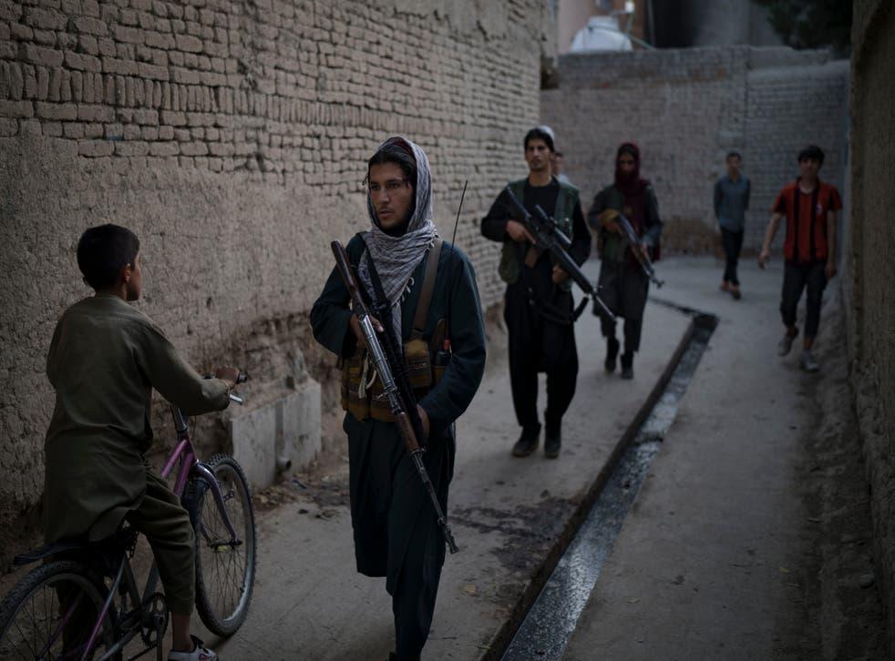 <p>Taliban fighters patrol a neighbourhood in Kabul </p>