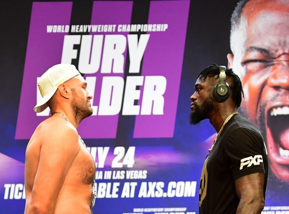 Tyson Fury (izquierda) y Deontay Wilder se enfrentan antes de su pelea de trilogía