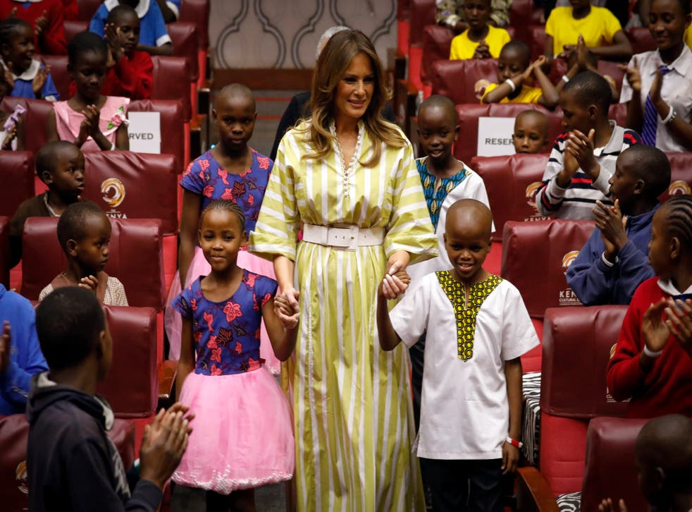 La exprimera dama de Estados Unidos, Melania Trump, sonríe mientras toma de la mano a los niños de Kenia