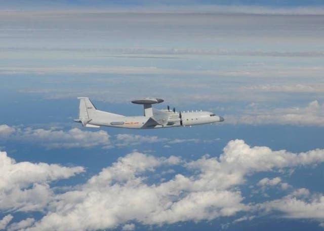 Una foto del folleto facilitada por el Ministerio de Defensa Nacional de Taiwán el 2 de octubre de 2021 muestra un Shaanxi KJ-500 (AEW & C) del EPL chino en el aire, luego de la incursión de diecinueve aviones de combate del EPL chino, incluido un Shaanxi KJ-500 aerotransportado del EPL chino (AEW & C) en el AZID de Taiwán (zona de identificación de defensa aérea) el 2 de octubre de 2021. Según el Ministerio de Defensa Nacional de Taiwán, un total de 38 aviones de combate chinos enviados en dos oleadas fueron avistados en el AZID de la isla autónoma el 2 de octubre. y las incursiones han durado 11 días consecutivos. EPA / MINISTERIO DE TAIWÁN DE FOLLETO NACIONAL DEFE FOLLETO / USO EDITORIAL EN