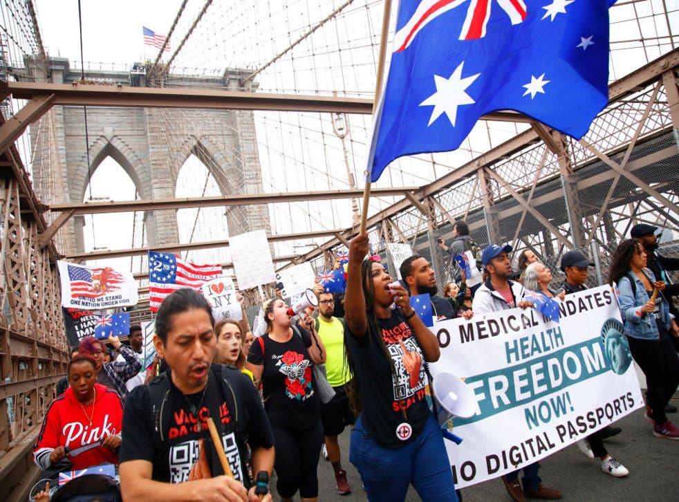 Manifestantes contra el mandato de la vacuna contra el coronavirus de Nueva York, que entró en vigor para quienes trabajan en educación el 4 de octubre.