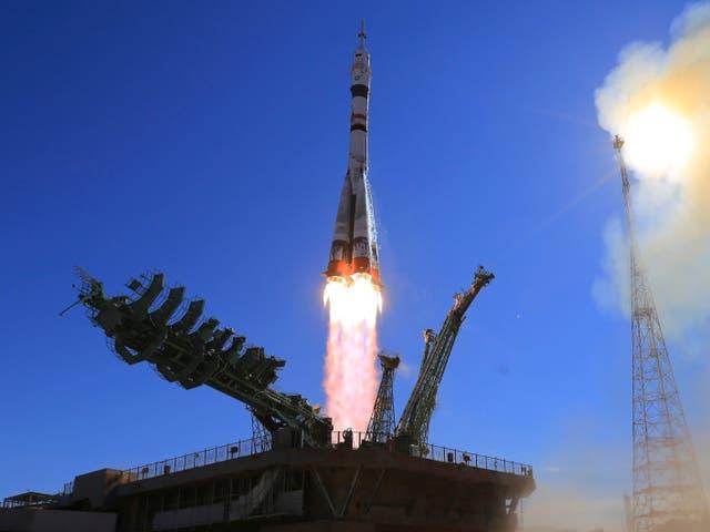 <p>La nave espacial Soyuz MS-19 que transporta a la actriz Yulia Peresild, el director de cine Klim Shipenko y el cosmonauta Anton Shkaplerov a la Estación Espacial Internacional despega en la estación rusa. </p>