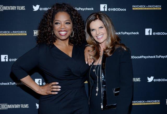 """Oprah Winfrey (L) y la productora ejecutiva Maria Shriver asisten al estreno de """"Paycheck to Paycheck"""" de HBO Documentary Films en Linwood Dunn Theatre en el Pickford Center for Motion Study el 10 de marzo de 2014"""