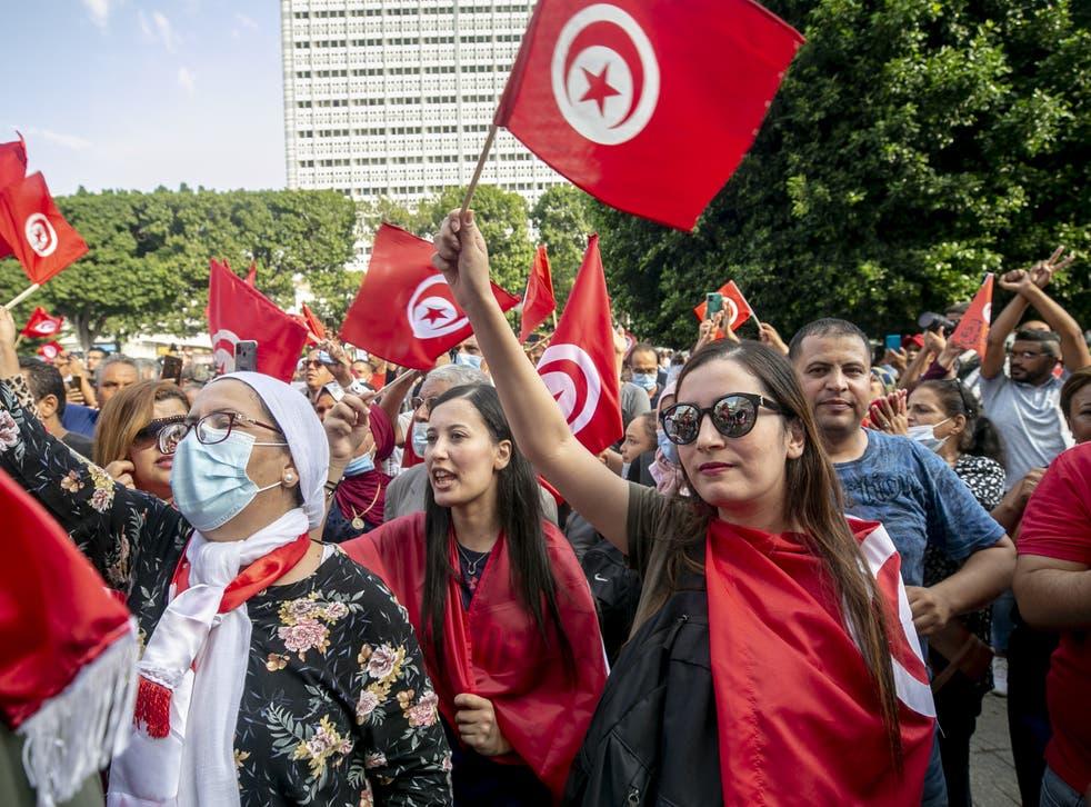 Los manifestantes se reúnen en Avenue Habib Bourguiba para mostrar su apoyo al presidente tunecino Kais Saied