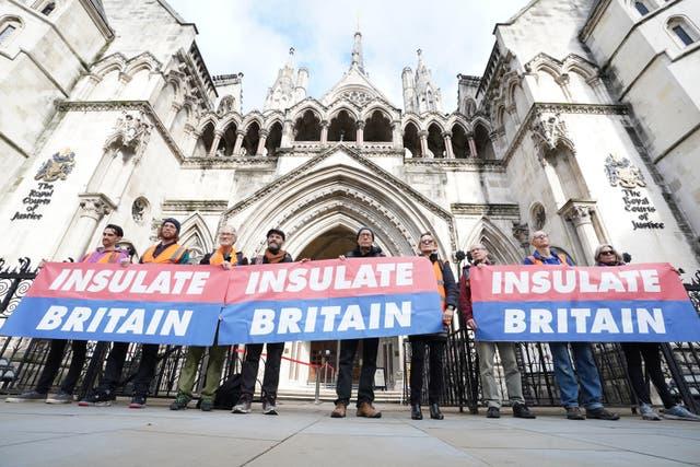 <p>Miembros de 'Insulate Britain' frente a los Tribunales Reales de Justicia de Londres, antes de una audiencia sobre la orden judicial que prohíbe a los activistas ambientales bloquear la M25. </p>