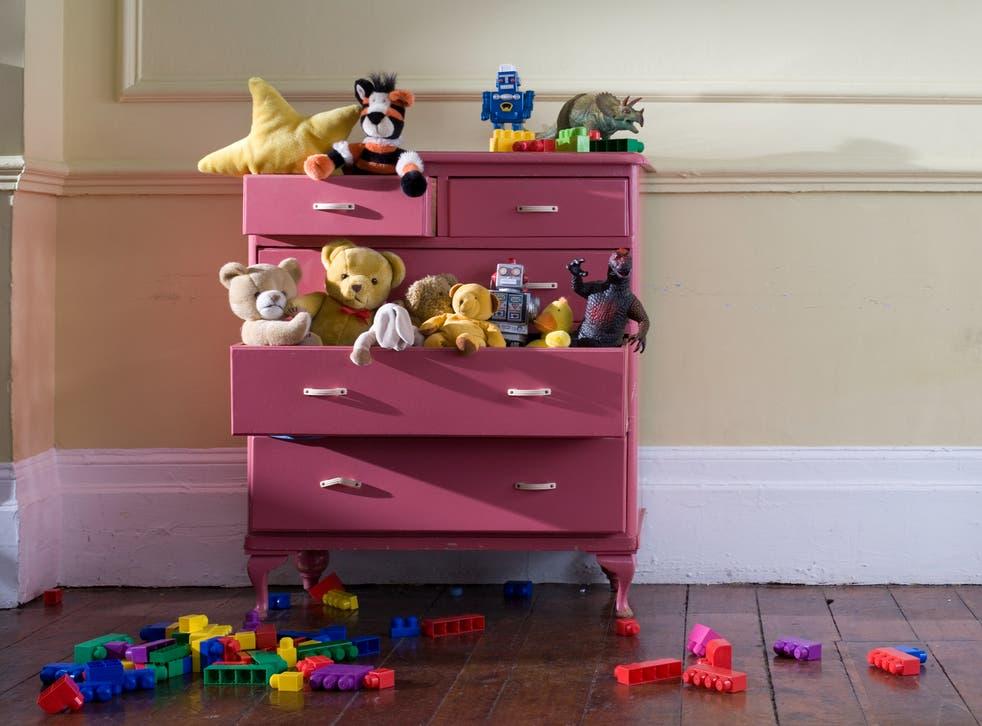 Baúl de juguetes para niños con juguetes de peluche y bloques de construcción.