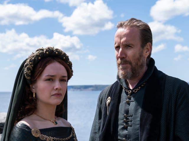 Olivia Cooke como Alicent Hightower y Rhys Ifans como Otto Hightower en 'La casa del dragón'
