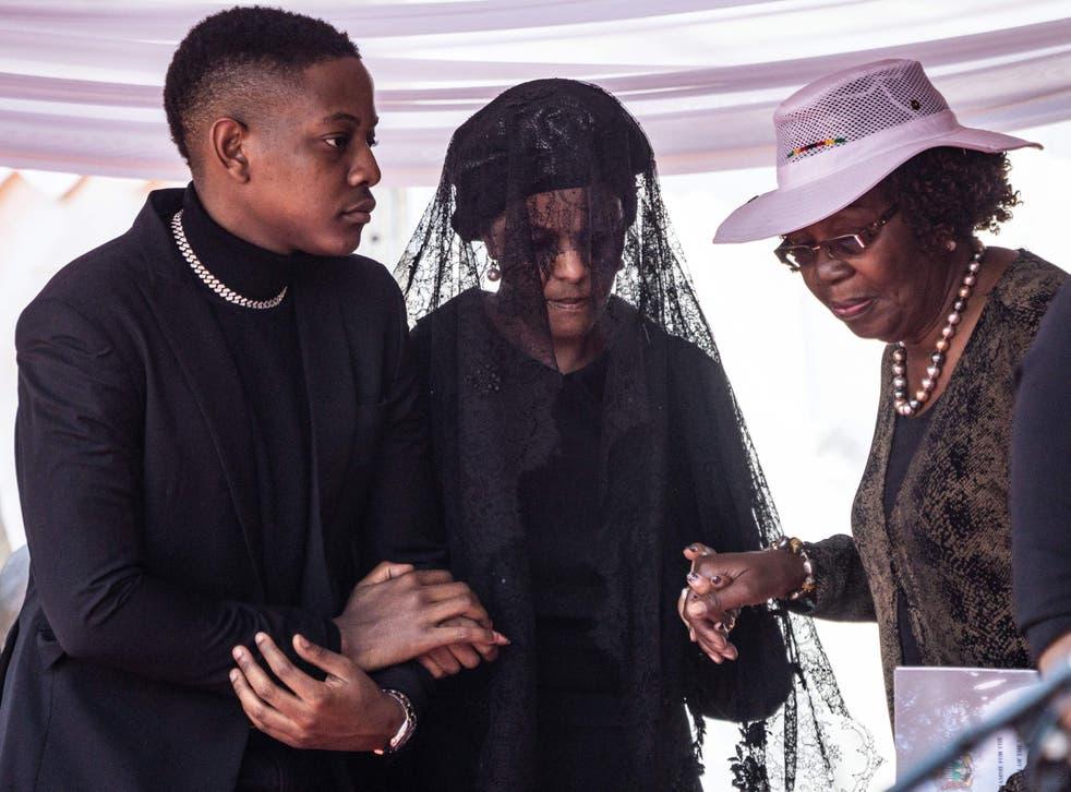 Grace Mugabe apeló una multa de cinco vacas y dos cabras por el entierro de su marido, el dictador Robert.
