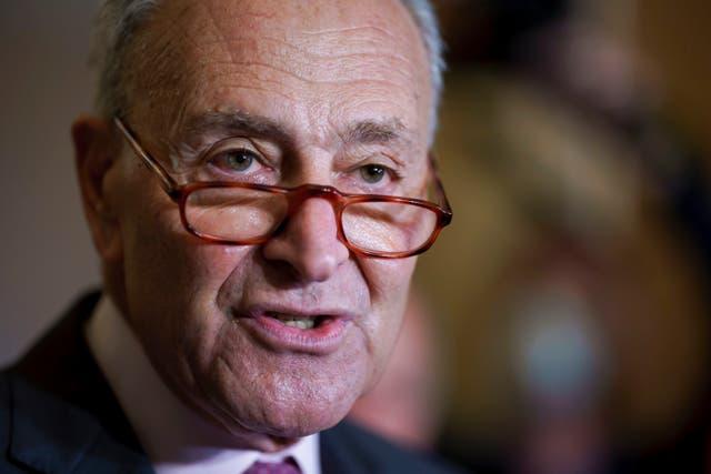 <p>El líder de la mayoría en el Senado, el demócrata Chuck Schumer, habla con la prensa en Washington, 28 de setiembre de 2021. Schumer anunció el jueves 7 de octubre de 2021 que demócratas y republicanos acordaron elevar el límite de deuda hasta diciembre.</p>