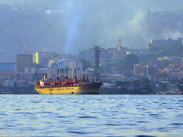 El humo se eleva sobre un puerto en Freetown, la capital de Sierra Leona en África occidental