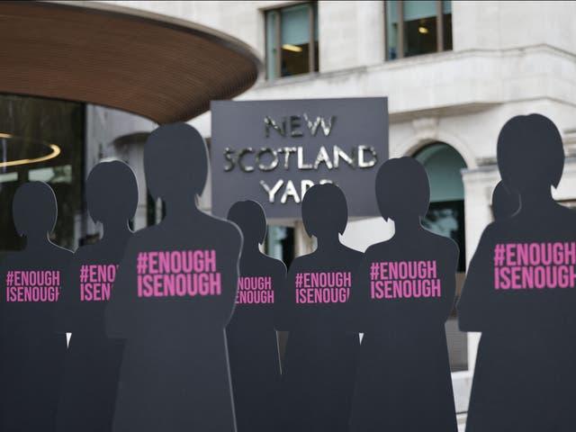 <p>Siluetas recortadas que representan a mujeres se colocan fuera de la sede de la Policía Metropolitana de New Scotland Yard en Londres el 7 de octubre de 2021. </p>