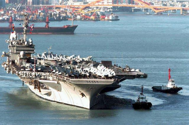 USS Kitty Hawk ingresando al puerto de Busan en 2005
