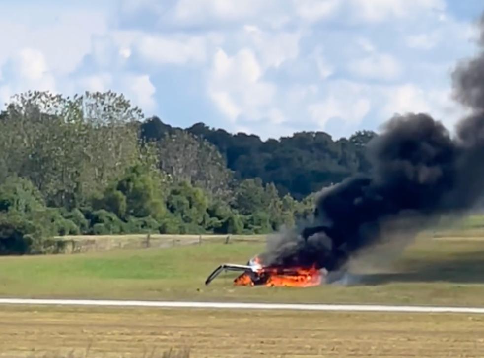 Los restos de un pequeño avión arden sin llama en el aeropuerto DeKalb Peachtree, Georgia