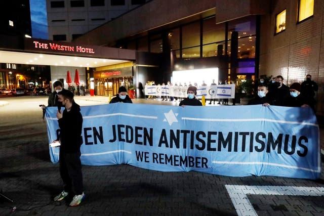 """La gente se reúne frente al """"Hotel Westin"""" en Leipzig, Alemania, el martes 5 de octubre de 2021 para mostrar solidaridad con el músico Gil Ofarim."""