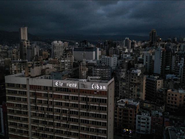 <p>Una vista aérea muestra la capital de Líbano, Beirut, en la oscuridad durante un corte de energía. </p>