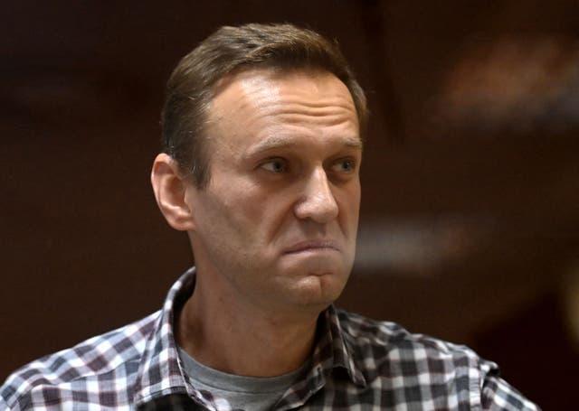 En esta foto de archivo tomada el 20 de febrero de 2021, el líder de la oposición rusa, Alexei Navalny, se encuentra dentro de una celda de vidrio durante una audiencia judicial en el tribunal de distrito de Babushkinsky en Moscú.