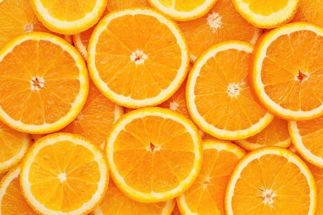 <p>Las frutas cítricas como las naranjas son una excelente fuente de vitamina C. </p>