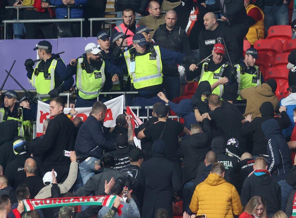 La policía choca con los hinchas húngaros en Wembley