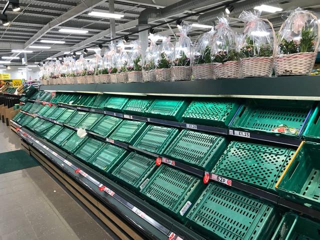 Estantes vacíos en una tienda Tesco Extra en Worthing, West Sussex