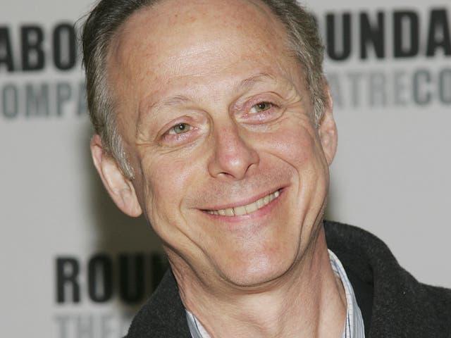 <p>Blum, quien interpretó al dueño de una librería, Mr. Mooney en la serie, murió el 25 de marzo de 2020.</p>