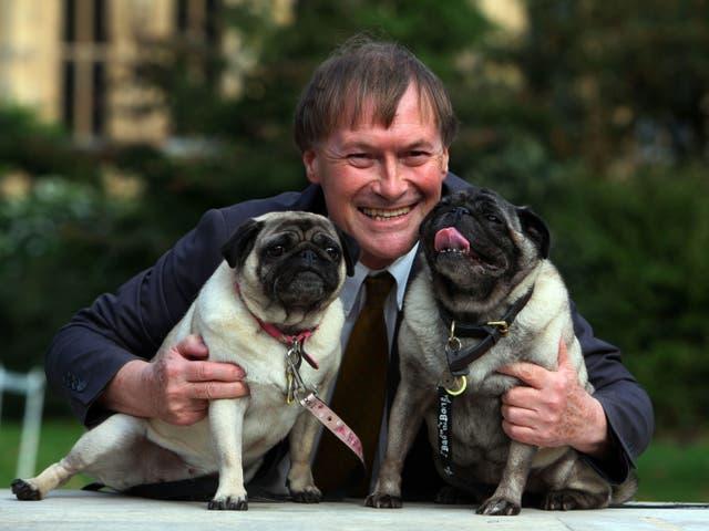 <p>Sir David Amess con sus pugs, Lily and Boat, en 2013. </p>