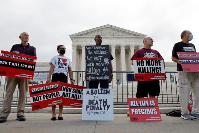 <p>Manifestantes en contra la pena de muerte en la Corte Suprema de los Estados Unidos durante los alegatos en el caso Tsarnaev en Washington. </p>