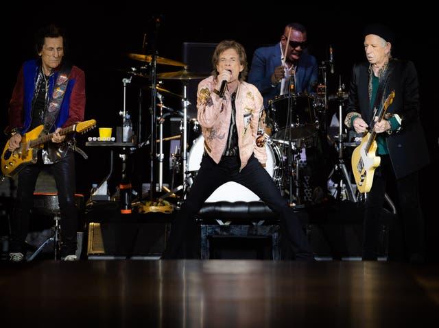 <p>Ronnie Wood, Mick Jagger, Steve Jordan y Keith Richards de The Rolling Stones actúan en el escenario del SoFi Stadium. </p>