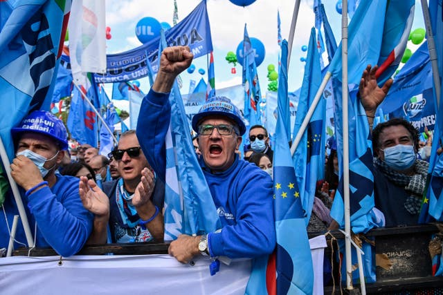 Los trabajadores del Sindicato Italiano de Trabajadores (UIL) reaccionan durante una manifestación antifascista en Roma el sábado